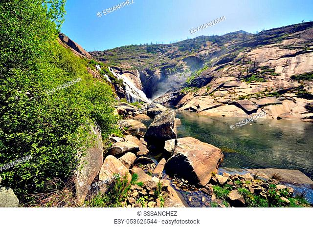 Waterfall of ezaro, or waterfall of xallas is a waterfall of the river Xallas in its mouth to the sea. Located in the municipality of Dumbría, in A Coruña
