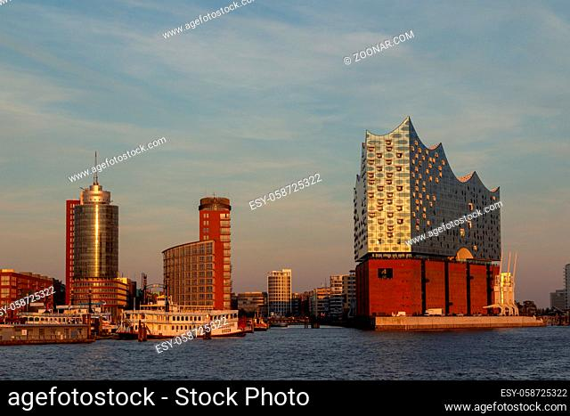 Die Elbphilharmonie im Hamburger Hafen. Elbphilharmonie in the harbour of Hamburg, Germany in evening light