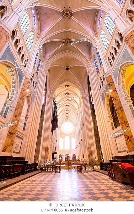 VAULTED CEILING AND STAINED GLASS IN THE CHOIR OF THE NOTRE-DAME CATHEDRAL, CHARTRES (28), FRANCE