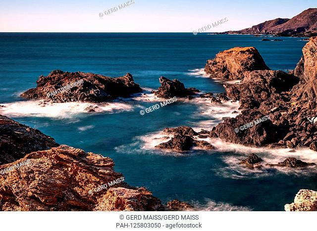 Das Meer umspuehlt die Felsen an der Costa Calida i(Spanien) m Mittelmeer. 03.02.18 | usage worldwide. - Costa Calida, Cabo de Palos/Cartagena / Murcia/Spain