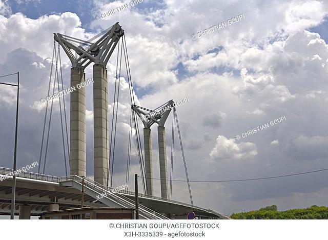 """Pont levant routier """"Gustave-Flaubert"""" sur la Seine a Rouen, Seine-Maritime, Normandie, France/Pont Gustave-Flaubert, a vertical-lift bridge over the River..."""