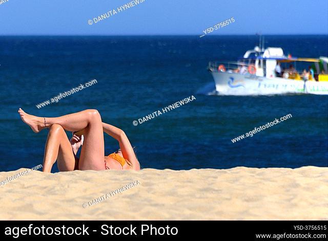 leisure on the beach, Batata beach, Atlantic Ocean, Lagos, city center, Algarve, Portugal, Europe
