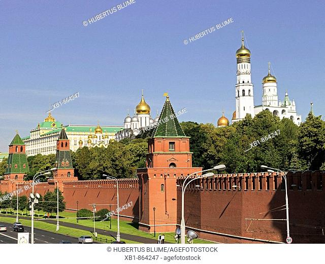 Kremlin with Kremlin wall and Great Kremlin Palace, left, right Ivan the Great Bell tower, Moscow, Russia