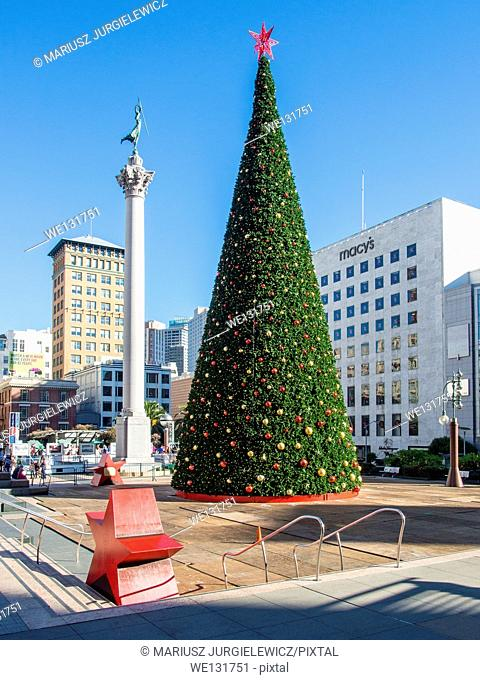 Christmas Tree in Union Square next to the Dewey Monument