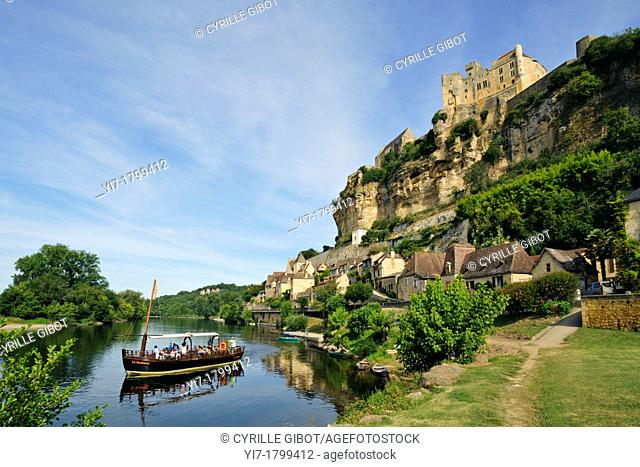 Boat tour on the Dordogne river in front on the Château de Beynac, Dordogne, Aquitaine, France