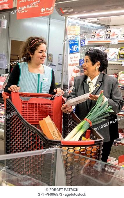 ASSISTING AN ELDERLY PERSON WITH HER SHOPPING AT THE SUPERMARKET, ADMR (AIDE A DOMICILE EN MILIEU RURAL), HOME HELP, NOGENT-LE-ROI (28), FRANCE
