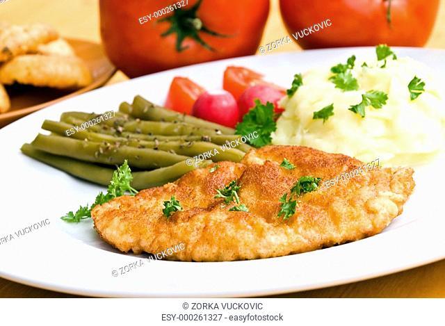 schnitzel mit püree,salat