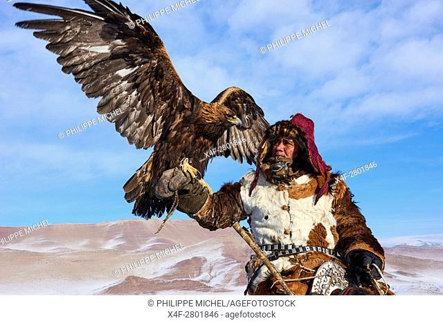Mongolia, Bayan-Olgii province, Kazakh eagle hunter, Eagle hunting in winter in Altai mountains
