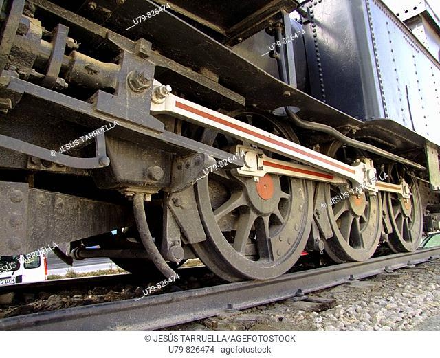 Máquina de tren expuesta como monumento a la 'VAY', más conocido como 'tren xixarra' y que unía a Villena-Alcoi-Yecla y Alcoi-Gandia