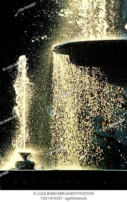 Gold rain - Fountain in Parco del buen retiro, Madrid Spain