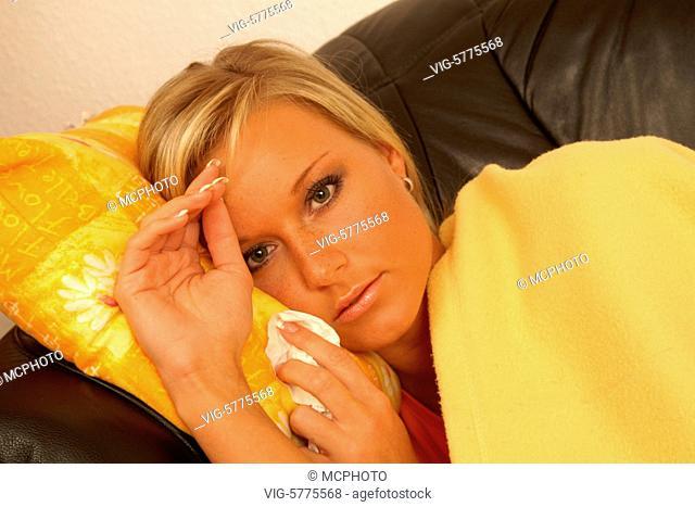 Eine junge Frau liegt krank auf dem Sofa, 2006 - Hamburg, Germany, 26/01/2006