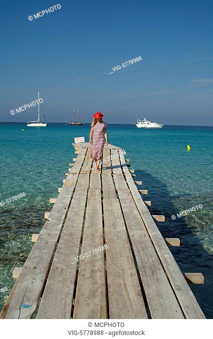 Frau mit gestreiftem Kleid am Meer, Mittelmeer 2005 - Formentera, Balearen, Spain, 19/10/2005