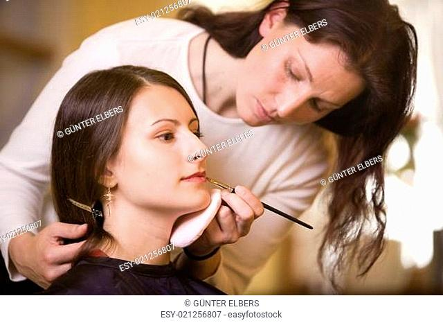 Frau beim MakeUp mit Visagistin