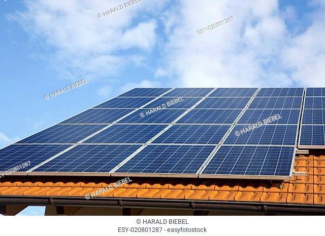 Solarpanels auf einem neuen Ziegeldach
