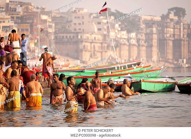 India, Uttar Pradesh, Varanasi, hindu worshippers bathing in the Ganges river