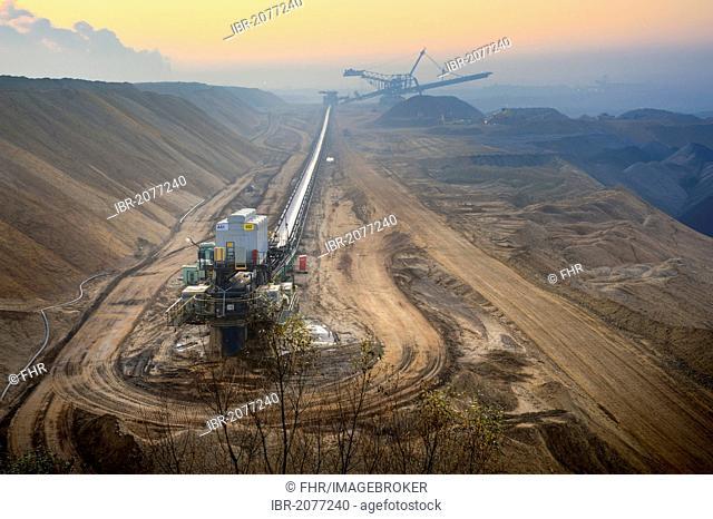 Conveyor belt and spreader in an open-cast lignite mine, Garzweiler, North Rhine-Westphalia, Germany, Europe