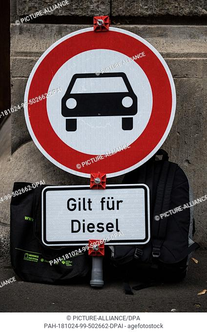"""24 October 2018, Rhineland-Palatinate, Mainz: A traffic sign """"""""Prohibition for motor vehicles"""""""" with the addition """"""""Applies to diesel"""""""" was dropped before the..."""