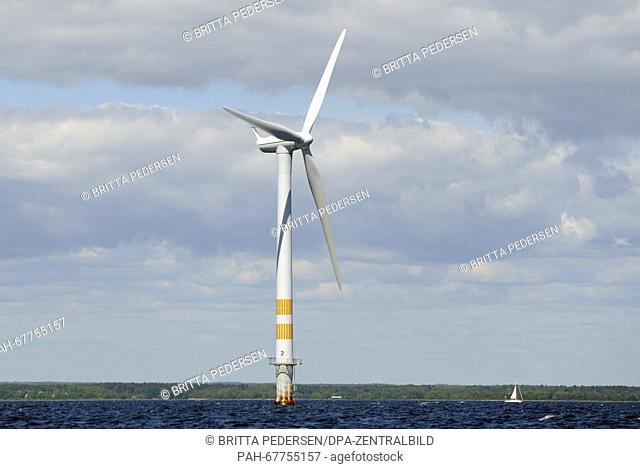 A wind turbine spins on the Baltic Sea in an offshore wind farm in Sweden, 10 June 2015. Photo: BRITTA PEDERSEN/dpa - NO WIRE SERVICE - | usage worldwide