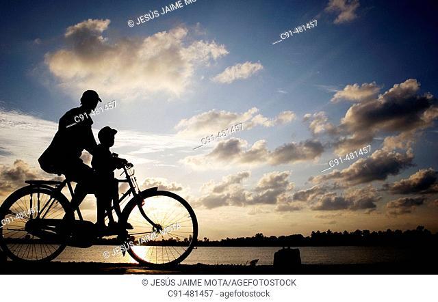 Padre e Hijo en bicicleta al atardecer