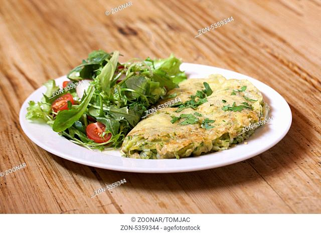 Bärlauch-Käsespätzle mit Frühlingssalat auf Holzhintergrund