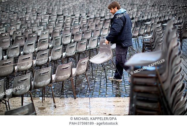 Workers prepare St. Peter's Square in Vatikan for the catechesis on 27 February 2013 in Rome, Italy, 25 February 2013. The catechesis should be the last public...