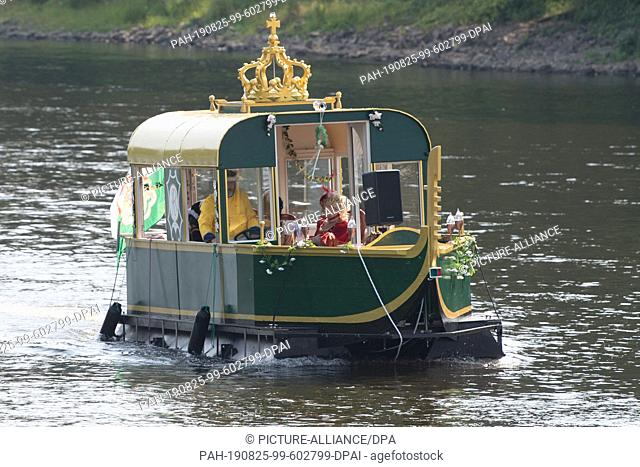 25 August 2019, Saxony, Dresden: Lay actors in baroque costumes ride in a baroque pleasure gondola on the Elbe. The 300th anniversary of the wedding of the...