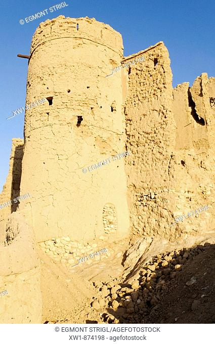 citywall, ruins of the historic adobe city of Al Sulaif near Ibri, Hajar al Gharbi Mountains, Al Dhahirah Region, Sultanate of Oman, Arabia, Middle East