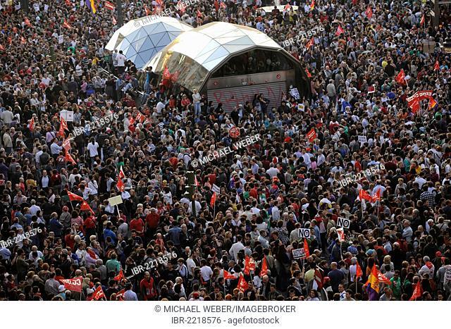 Protesters, mass demonstration, general strike in Spain, Puerta del Sol metro station, Plaza Puerta del Sol, Madrid, Spain, Europe, PublicGround