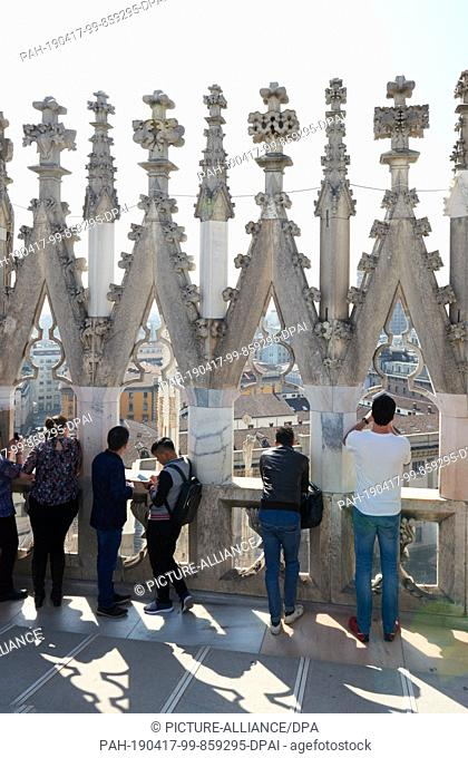 02 April 2019, Italy, Mailand: Tourists stand on the Milan Cathedral. Photo: Annette Riedl/dpa-Zentralbild/ZB. - Mailand/Italy