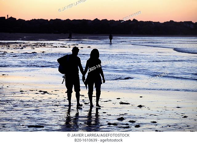 Couple walking, Zurriola Beach, Donostia, San Sebastian, Gipuzkoa, Basque Country, Spain