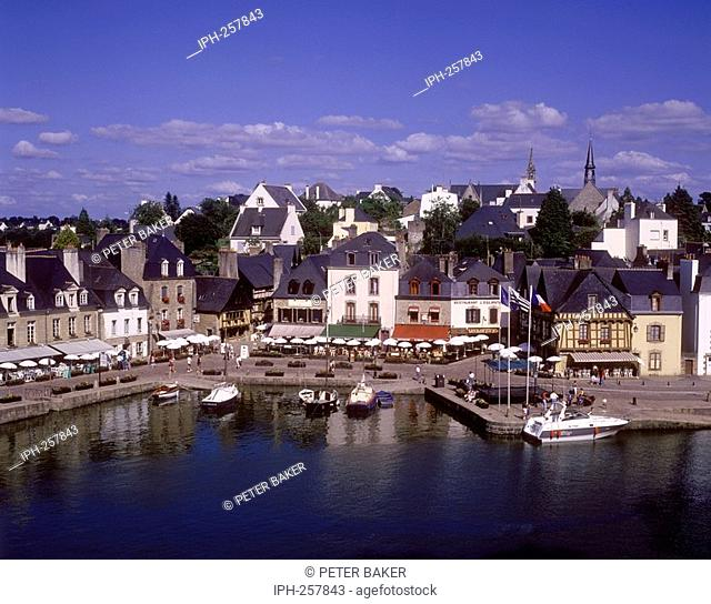 View of the town and harbour of Auray on the Auray River