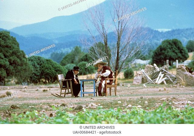 Amarante Cordova (CARLOS RIQUELME) spielt Schach mit Coyote Angel (ROBERTO CARRCART), dem Schutzpatron Milagros. Regie: Robert Redford aka