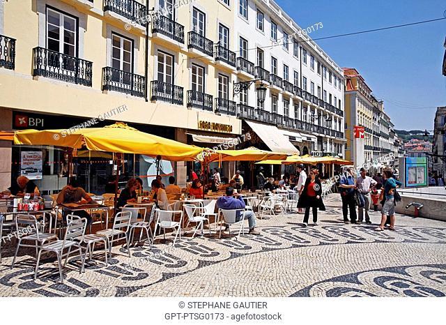 RUA GARRETT, SIDEWALK CAFE A BRASILEIRA AND STATUE OF FERNANDO PESSOA, CHIADO DISTRICT, PORTUGAL, EUROPE