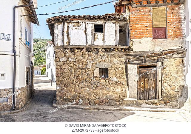 Arquitectura popular en la Plaza de la Amistad. Mombeltrán. Barranco de las cinco villas. Valle del Tiétar. Provincia de Ávila, Castile-Leon, Spain