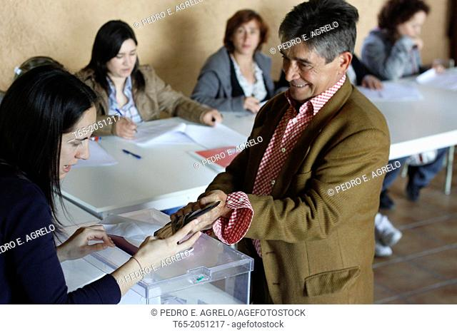 Date :22-05-2011 Municipal elections. In Palas de Rei, Lugo, polls. In the picture the people exercise their right to vote, in A Lucencia