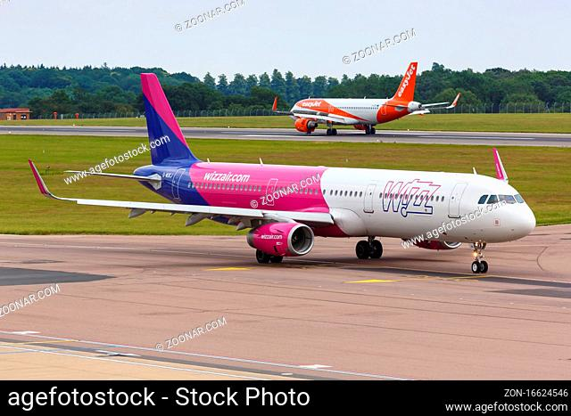 Luton, Vereinigtes Königreich - 8. Juli 2019: Ein Airbus A321 der Wizzair UK mit dem Kennzeichen G-WUKJ auf dem Flughafen London Luton (LTN) im Vereinigten...