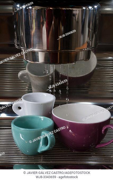 Heating coffee cups in an Italian style machine