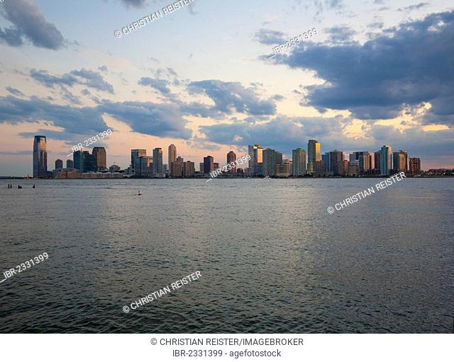 Hudson River and the skyline of New Jersey, from Pier 45, Hudson River Park, Greenwich Village, Lower West Side, Manhattan, New York City, USA
