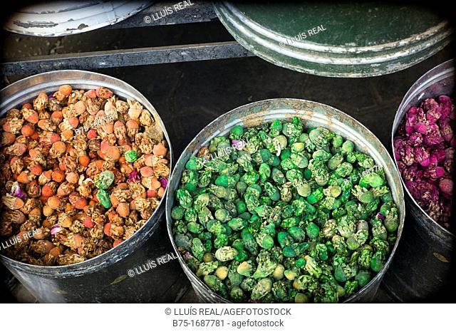 recipientes de especias y hierbas aromaticas en la medina, mercado de marrakech, marruecos, spices containers and aromatic herbs in the medina, market marrakech