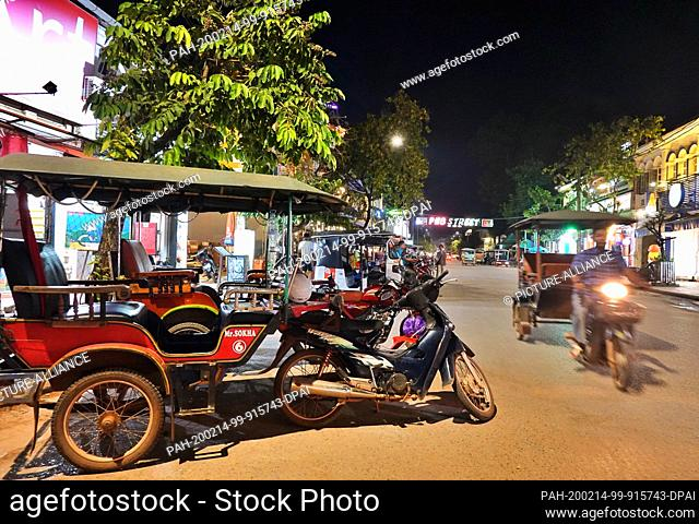 24 October 2019, Cambodia, Siem Reap: Evening shot of the Pub Street area with a moving and waiting rickshaw (tuk tuk). Photo: Soeren Stache/dpa-Zentralbild/ZB