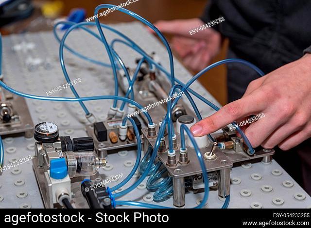 Durch Knopfdruck Pneumatik an einer Maschine anwenden - Nahaufnahme