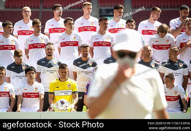 10 August 2020, Baden-Wuerttemberg, Stuttgart: Soccer, Bundesliga: VfB Stuttgart - Photo session, the official photo session of the Stuttgart team (team photo...