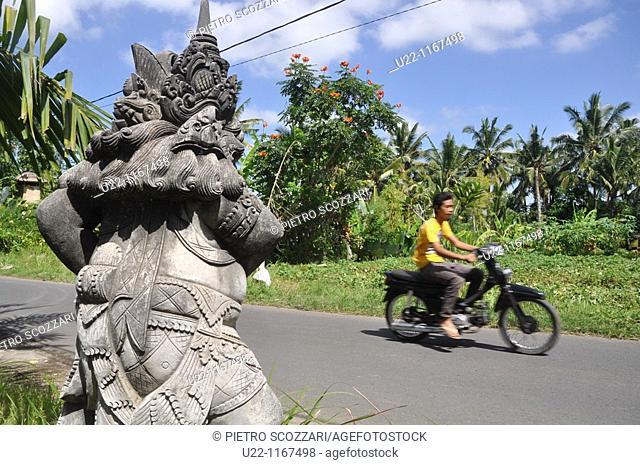 Ubud (Bali, Indonesia): a Hindu statue by the street