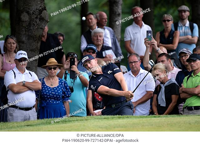 20 June 2019, Bavaria, Eichenried: Golf: European Tour - International Open, singles, men, 1st round. Golf professional Matt Wallace from England in action