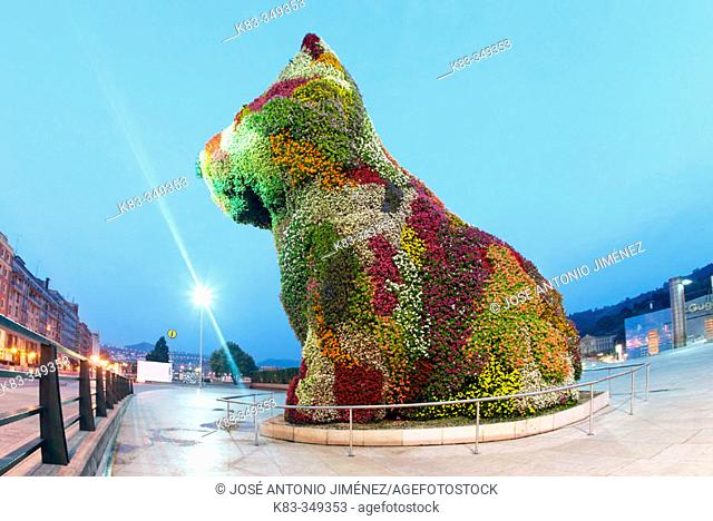 'Puppy', sculpture by Jeff Koons, in front of Guggenheim Museum by Frank O. Gehry. Bilbao. Biscay, Spain