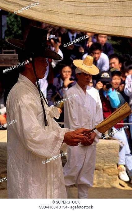 KOREA, NEAR SEOUL, KOREAN FOLK VILLAGE, PRIEST IN TRADITIONAL CLOTHING