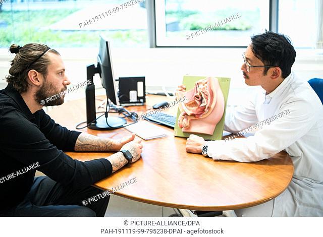 19 November 2019, Hessen, Frankfurt/Main: Marco Russ (l), professional from Eintracht Frankfurt, and Professor Doctor Felix Chun