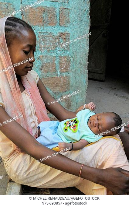 Woman with baby, Djenne, Mali