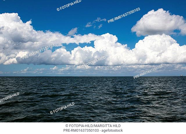 Sailing at Jade Bight, Friesland district, Lower Saxony, North Sea, Germany, June 2016 / Segeln im Jadebusen, Landkreis Friesland, Niedersachsen, Nordsee