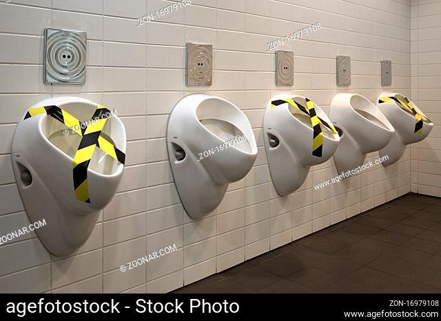 Pissoir, Corona Abstandsregel auf der Maenner Toilette, Bochum, Nordrhein-Westfalen, Deutschland, Europa